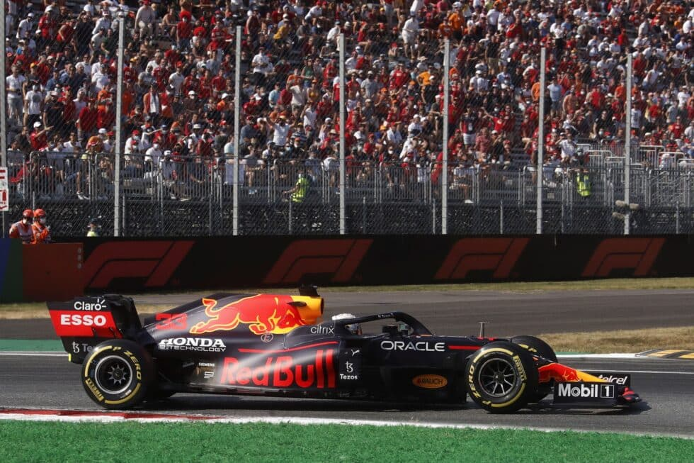 El holandés Max Verstappen pasa delante de una grada llena de aficionados a la Fórmula 1 en el Gran Premio de Italia