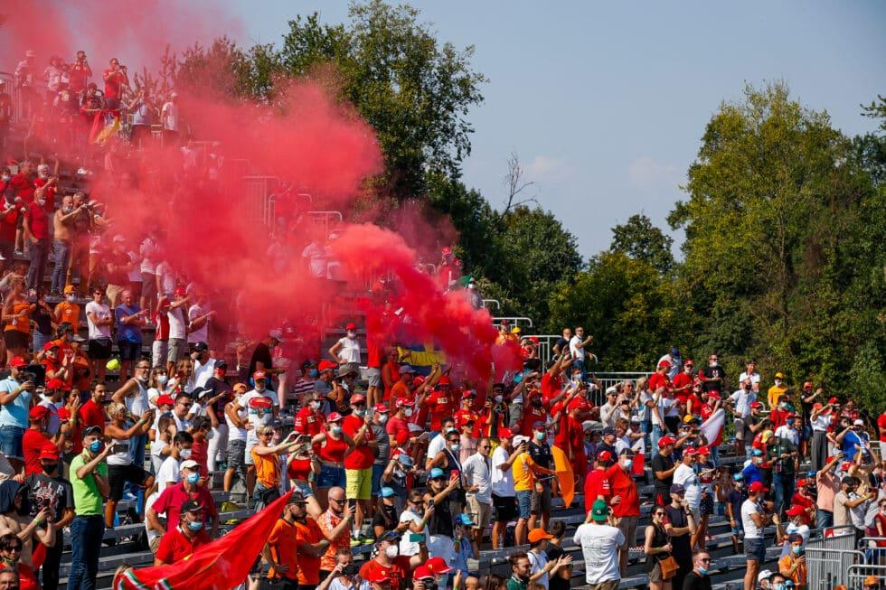 Aficionados disfrutan este fin de semana en Monza del Gran Premio de Fórmula 1 de Italia