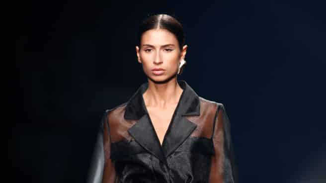 Una modelo presenta uno de los diseños de la colección de Isabel Sanchís para la temporada primavera/verano 2021 durante la 72ª Edición de la Mercedes-Benz Fashion Week Madrid, en Ifema, Madrid