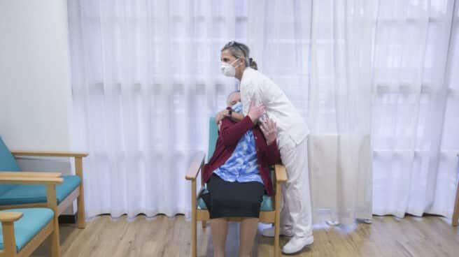 Una enfermera abraza a una anciana tras ser la primera usuaria de la residencia en recibir la segunda dosis de la vacuna Pfizer-BioNTech contra el coronavirus