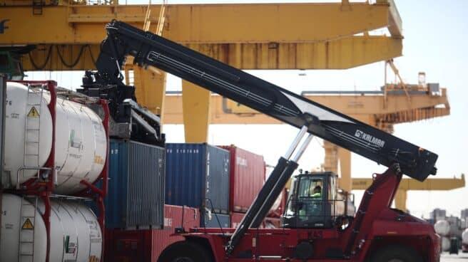 Un vehículo de recogida trabaja en la estación de mercancías Abroñigal.