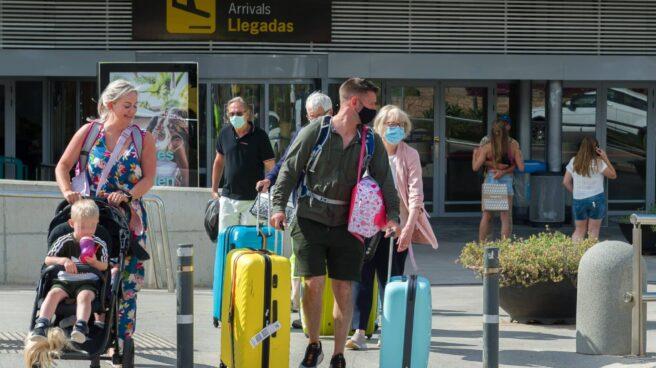 Imagen de varios turistas procedentes de Reino Unido llegando a un aeropuerto español.