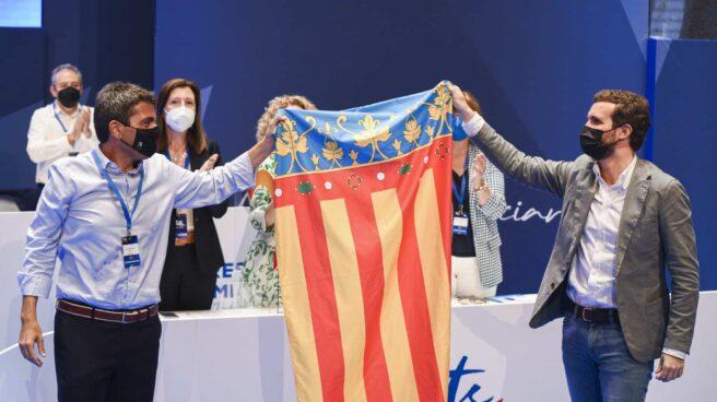 El nuevo líder del PP de la Comunidad Valenciana, Carlos Mazón (i) y el presidente del PP, Pablo Casado (d).