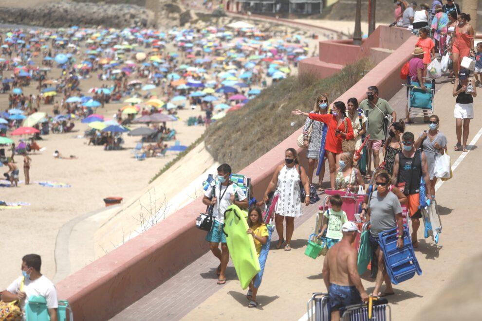 La playa de la Victoria abarrotada de bañistas en el puente del 15 de agosto en Cádiz (Andalucía).