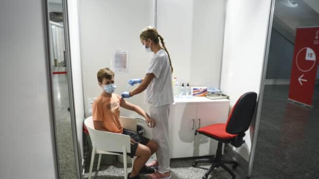 Una sanitaria vacuna a un adolescente en la Comunidad Valenciana en agosto.