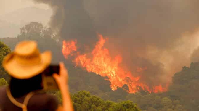 Muere un bombero en el incendio de Sierra Bermeja que sigue descontrolado