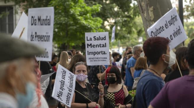 """Una mujer sostiene una pancarta donde se lee """"La Salud Mental Importa"""", en una manifestación por un Plan Nacional de Prevención del Suicidio."""