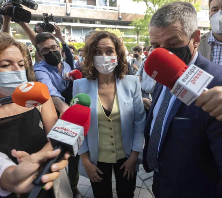 """Vítores y gritos de """"¡presidenta, presidenta!"""" a la entrada de Ayuso en la CEU San Pablo de Madrid"""