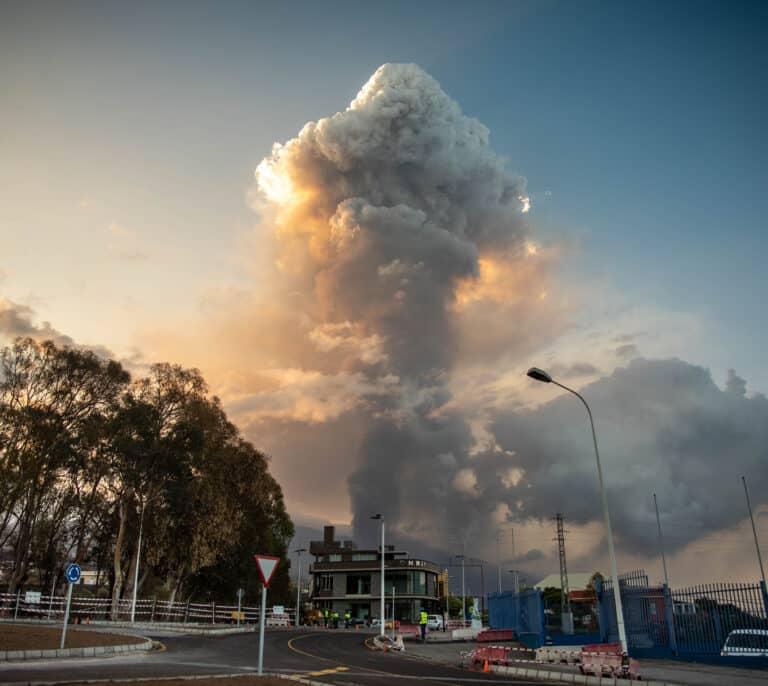 El volcán de La Palma obliga a evacuar tres municipios y a suspender los vuelos a la isla por la nube de ceniza