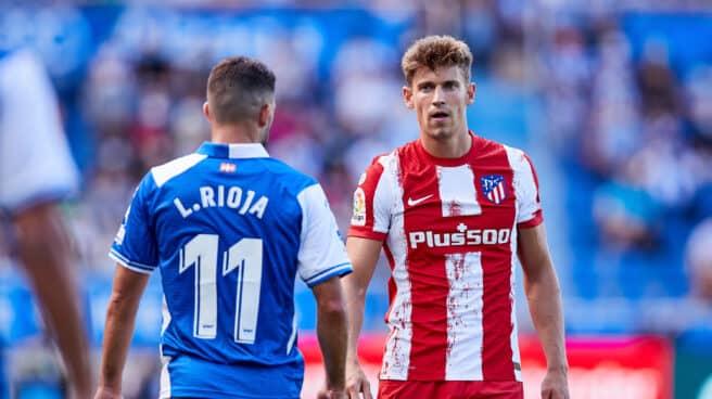 Marcos Llorente, jugador del Atlético, junto a Luis Rioja, del Alavés, en el partido de Liga en Mendizorroza