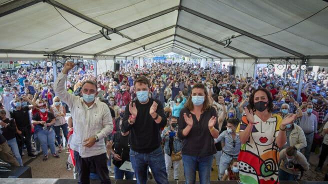 Pablo Iglesias -segundo por la izquierda-, en la Fiesta del PCE.