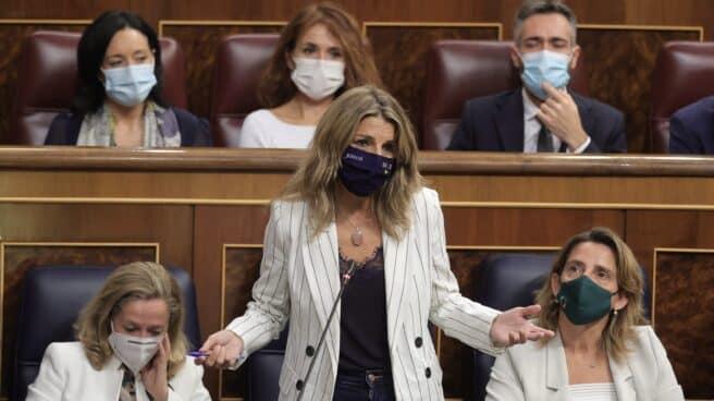 Yolanda Díaz interviene en el Congreso junto a Calviño y Ribera.