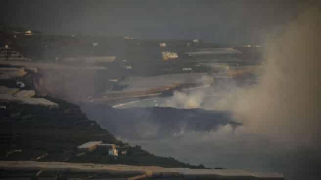 Vista aérea de la lava dentro del mar de La Palma.