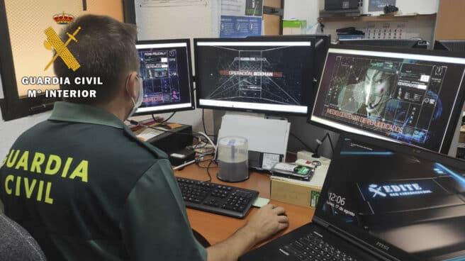 Guardia Civil visualizando ciberdelitos