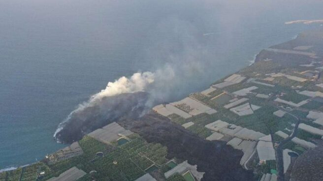 La lava ha formado un pequeño delta tras su llegada al mar en La Palma