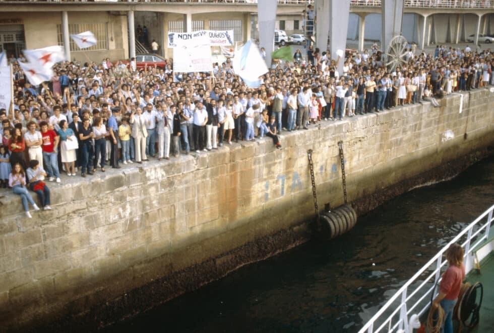 Una multitud aclama al barco Sirius de Greenepeace a su llegada a Vigo