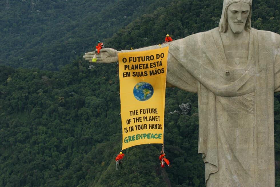Activistas de Greenpeace despliegan una pancarta de la famosa estatua del Cristo Redentor en Río de Janeiro para pedir a los gobiernos que protejan la biodiversidad mundial.