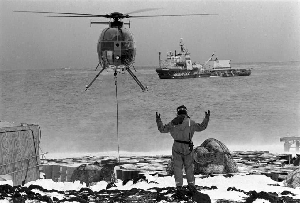 un helicóptero lleva alimente al campamento de Greeenpeace