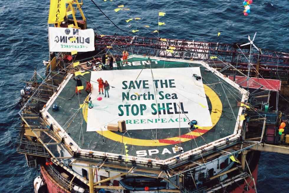 Greenpeace ocupar la instalación petrolera BRENT SPAR de Shell para evitar vertidos en el Mar del Norte.