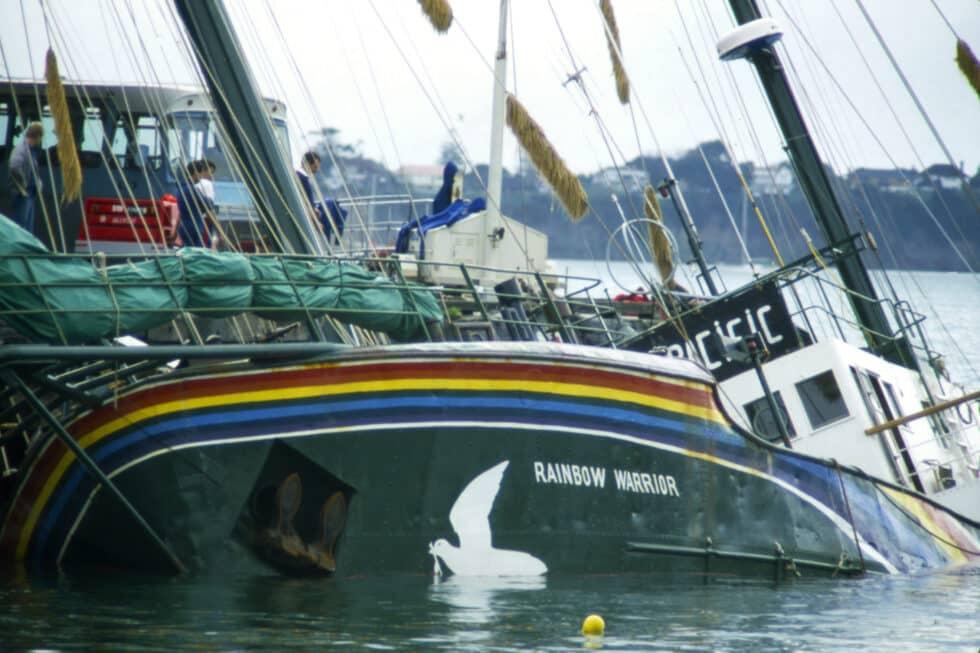 El Rainbow Warrior tras las explosión de dos minas Marsden Wharf en el puerto de Auckland.