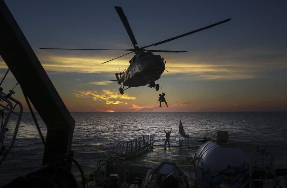 Los servicios de seguridad rusos descienden desde un helicóptero a la cubierta del Arctic Sunrise.