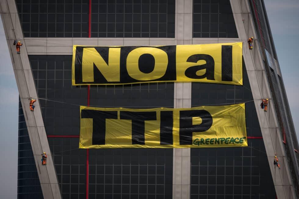 activistas de greenpeace escala las torres Kio de madrid