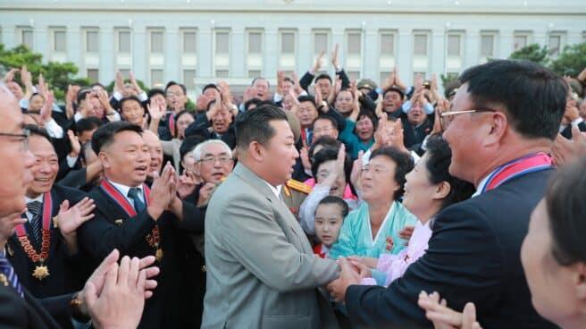 Kim Jong-un saluda a un grupo de ciudadanos en la fiesta de la independencia