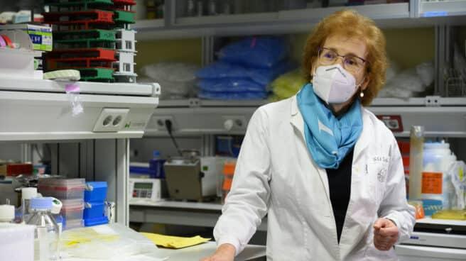 Margarita del Val en el laboratorio.