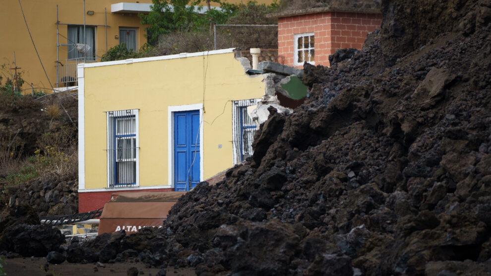La colada de lava irrumpe en el pueblo de Todoque