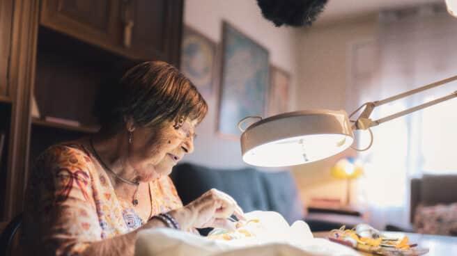 """Coincidiendo con el Día Internacional de las Personas Mayores, Fundación """"la Caixa"""" pone en marcha, en doce ciudades españolas, la segunda edición de la campaña de sensibilización 'Llama a la puerta' contra la soledad no deseada."""
