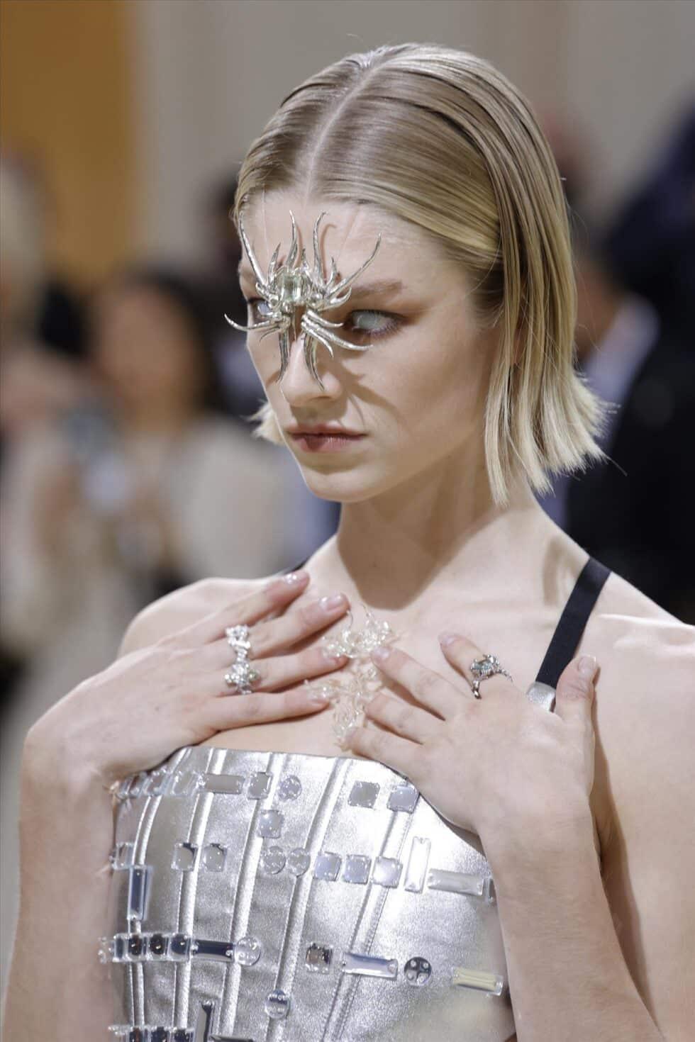 La modelo, actriz y activista transexual Hunter Schafer ha desfilado con un conjunto plateado de Prada que ha acompañado con un accesorio en forma de araña
