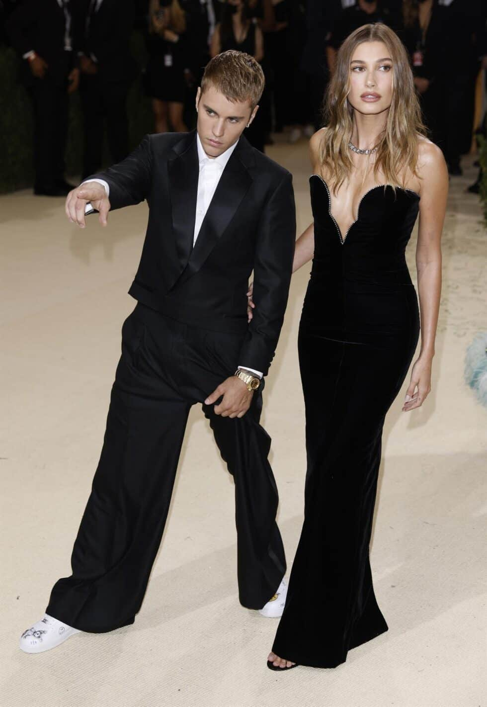 El cantante Justin Bieber y la modelo Hailey Bieber, vestidos por la firma Saint Laurent