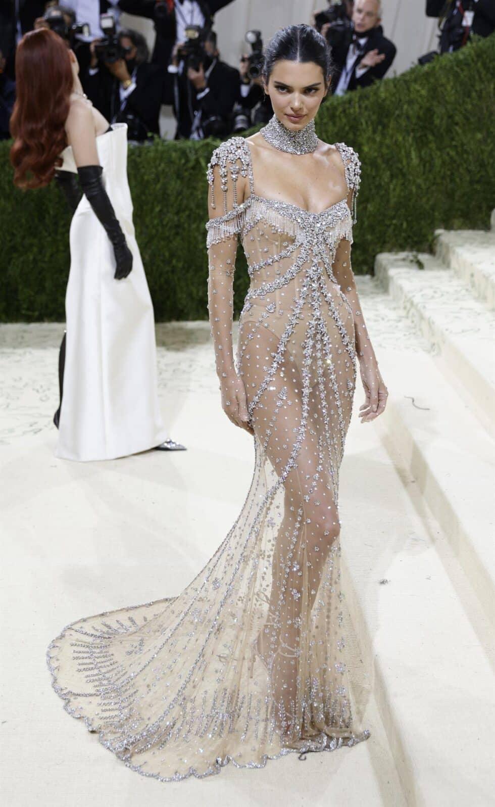 La modelo Kendall Jenner lució un vestido de pedrería de Givenchy