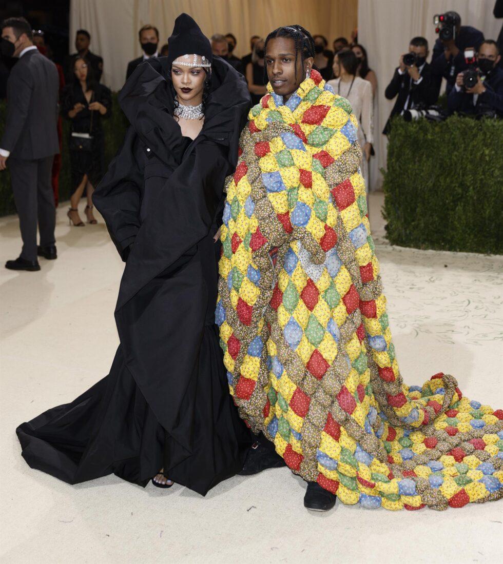 La cantante y empresaria Rihanna acompañada de su pareja, ASAP Rocky. Ambos vistieron de Balenciaga
