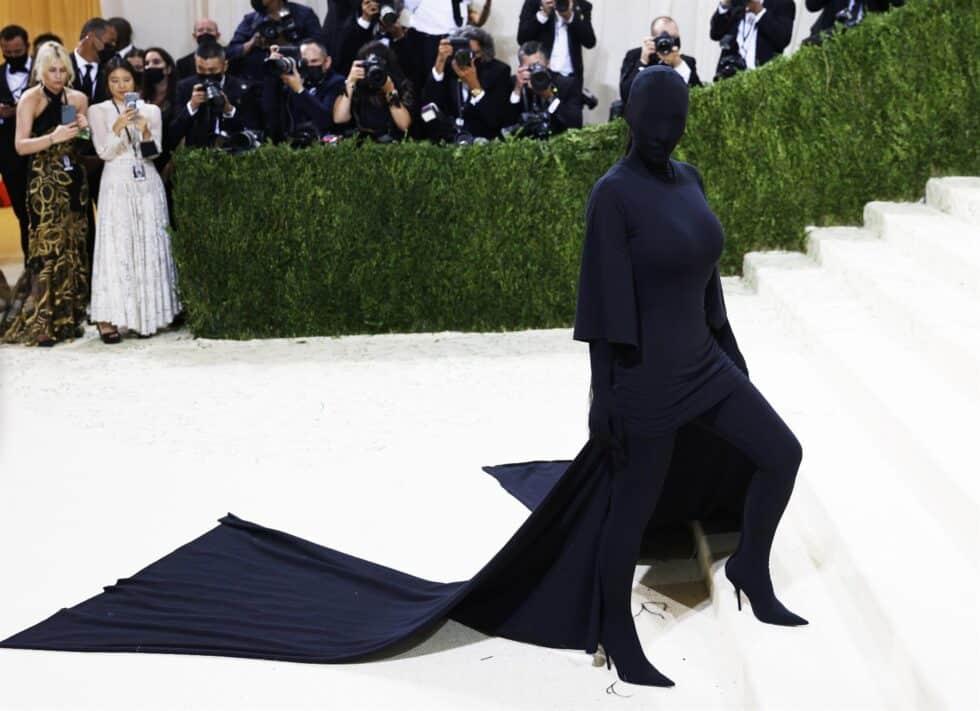 Kim Kardashian, con un estilismo de Balenciaga