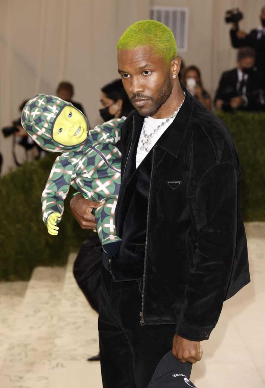 El cantante y compositor Frank Ocean sorprendió por su peculiar acompañante: un robot de un bebé verde, a juego con su teñido pelo