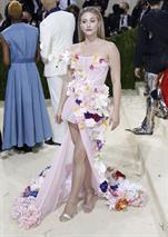 La actriz Lili Reinhart, vestida por Christian Siriano