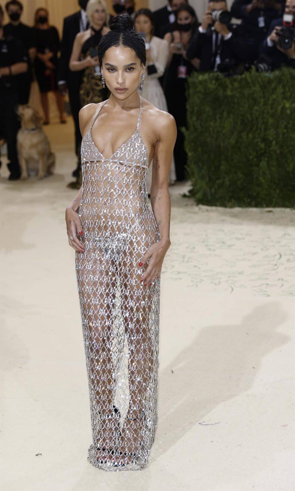 La actriz Zoe Kravitz posa enfundada en un vestido 'nude' de Saint Laurent