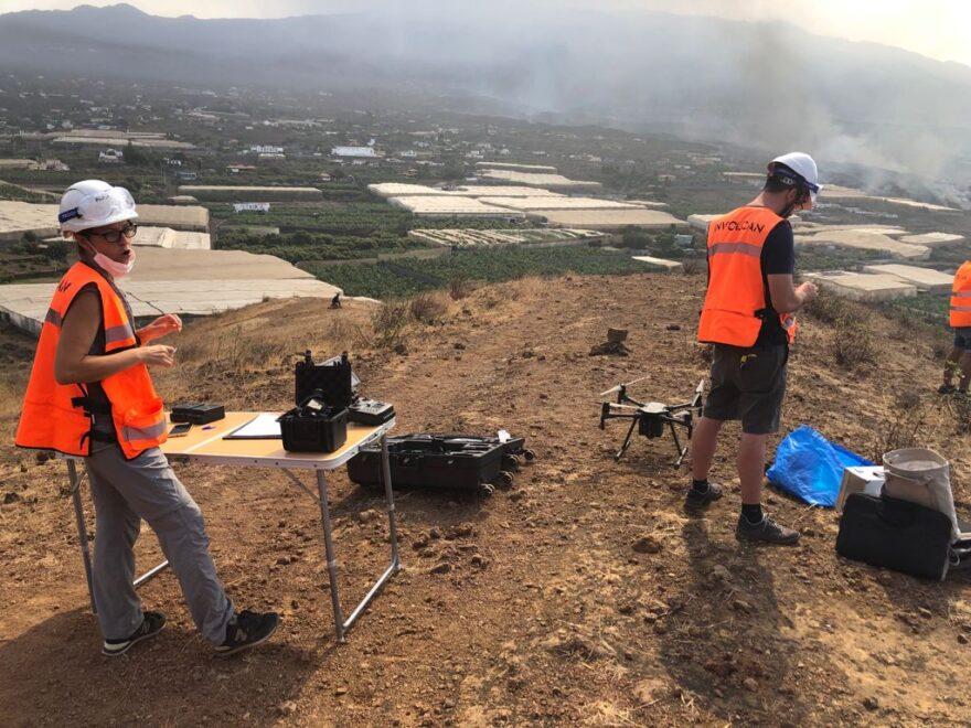 Mara Garralón Linares preparando un vuelo de reconocimiento con su equipo.