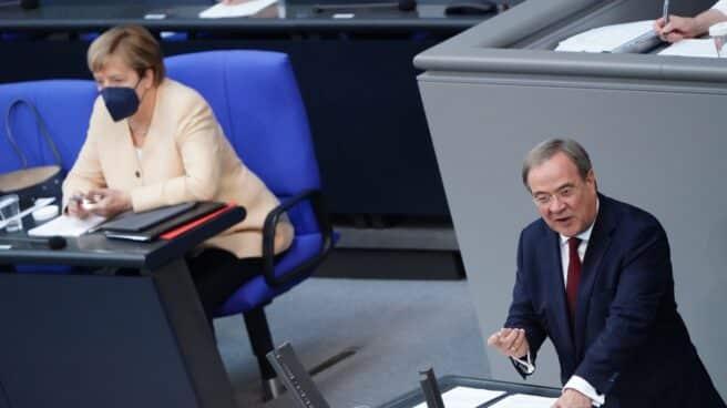 La canciller alemana, Angela Merkel, mientras habla el aspirante a su sucesión, Armin Laschet