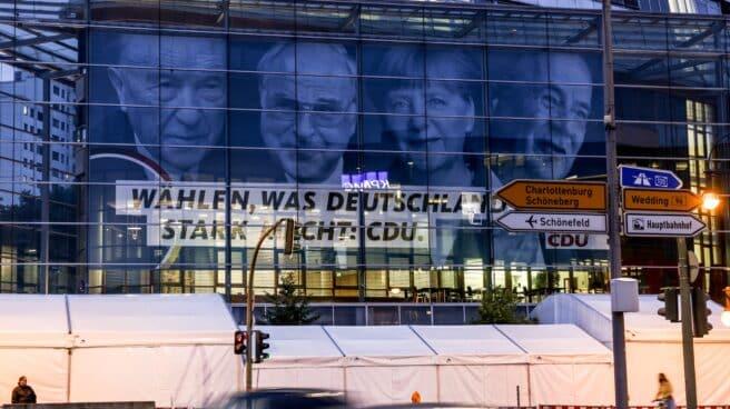 La imagen de Adenauer, Kohl, Merkel y Laschet en la sede de la CDU en Berlín