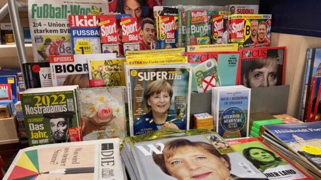 Varias portadas dedicadas a Angela Merkel en un kiosco en la Alexander Platz