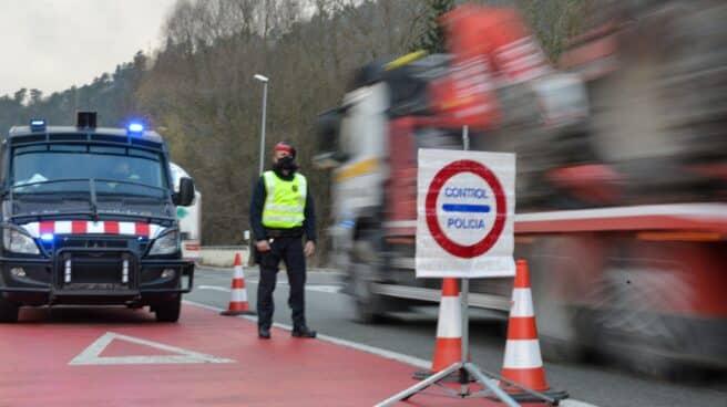 Un 'mosso', durante un control por el confinamiento perimetral a la entrada de Ripoll (Girona) en diciembre pasado.