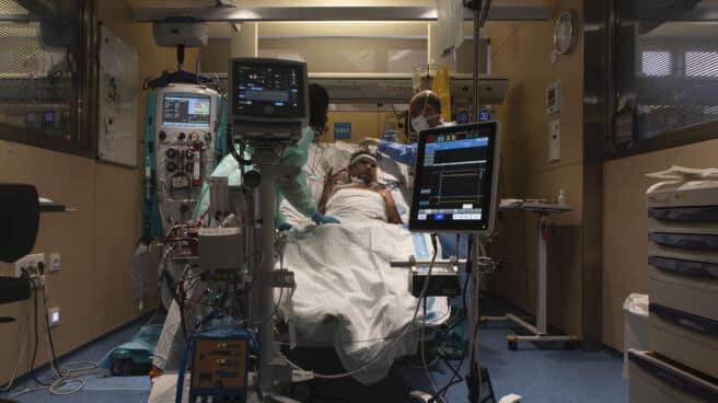 Paciente Covid en la UCI del Hospital Vall d´Hebron al que se le aplica el programa de tratamiento ECMO durante su sesión de ejercicios de fisioterapia.