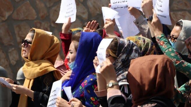 Varias mujeres en una protesta por sus derechos en Kabul
