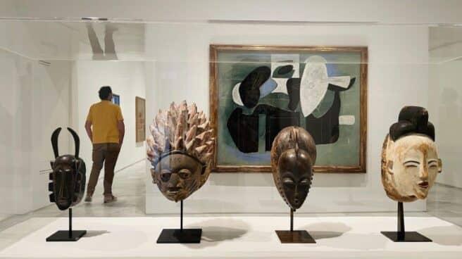 Una de las nuevas salas dedicadas al nacimiento de las vanguardias en las instalaciones del Museo Reina Sofía donde se pueden ver cuatro cabezas de piedra sobre un soporte.
