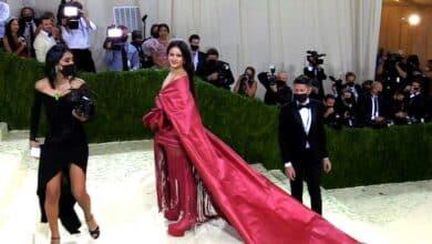 Rosalía luce el mantón de Manila en la gala MET
