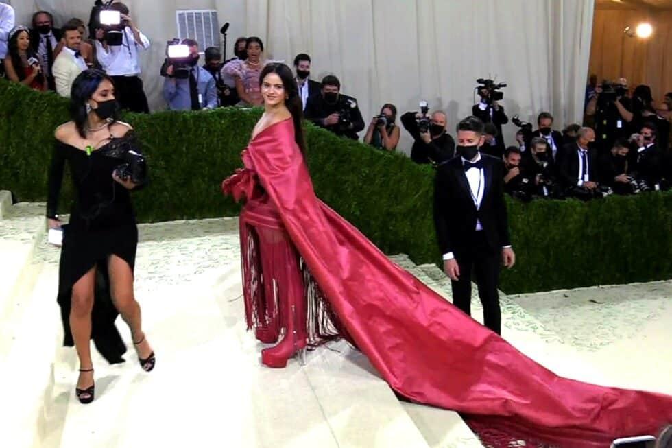 Rosalía lleva el mantón de Manila a la Met Gala de Nueva York.
