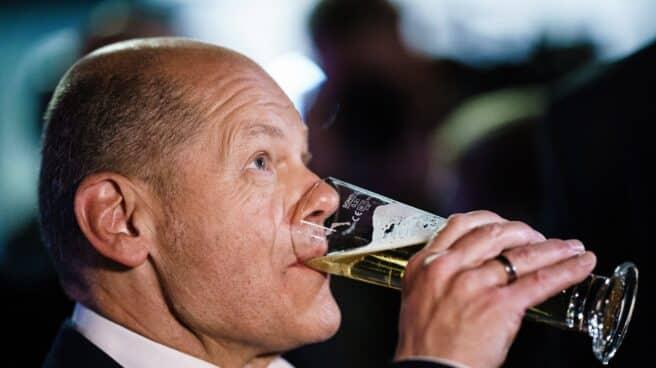 El socialdemócrata Olaf Scholz bebe una cerveza tras el segundo debate electoral