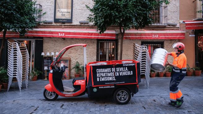 Heineken pone en marcha en el hispalense barrio de Santa Cruz un programa pionero de reparto de última milla con ciclomotores eléctricos.